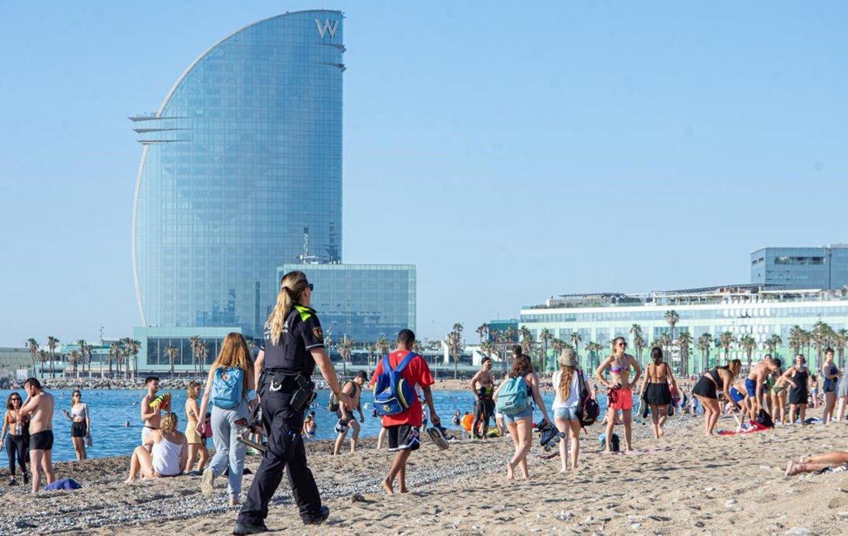 La Guàrdia Urbana torna a desallotjar les platges de Barcelona