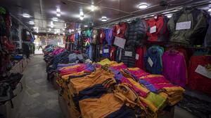 Un comercio de montañismo, totalmente vacío en Katmandú.