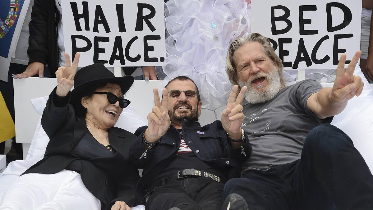 Yoko Ono instala su cama de la paz con Lennon en el centro de Nueva York.