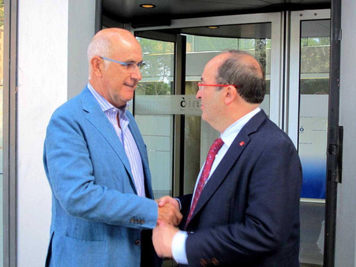 El líder de Unió Democrática, Josep Antoni Duran Lleida, y el del PSC, Miquel Iceta, este lunes ante la sede de UDC en Barcelona.