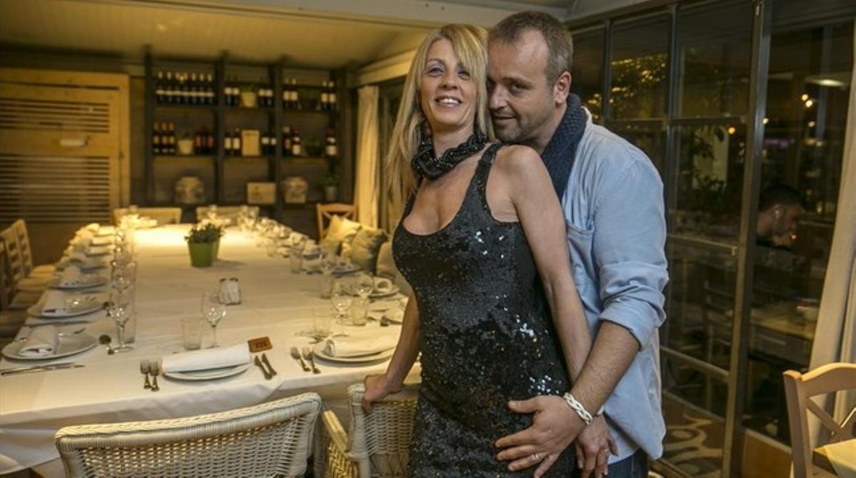 Jordi Montañés eImma Tomás,en un restaurante de Barcelona,preparando una cena para el colectivo 'swinger'.