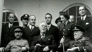 Franklin Delano Roosevelt (centro) junto a Stalin (izquierda) y Churchill (derecha), en la Conferencia de Teherán, en Irán, el 1943.