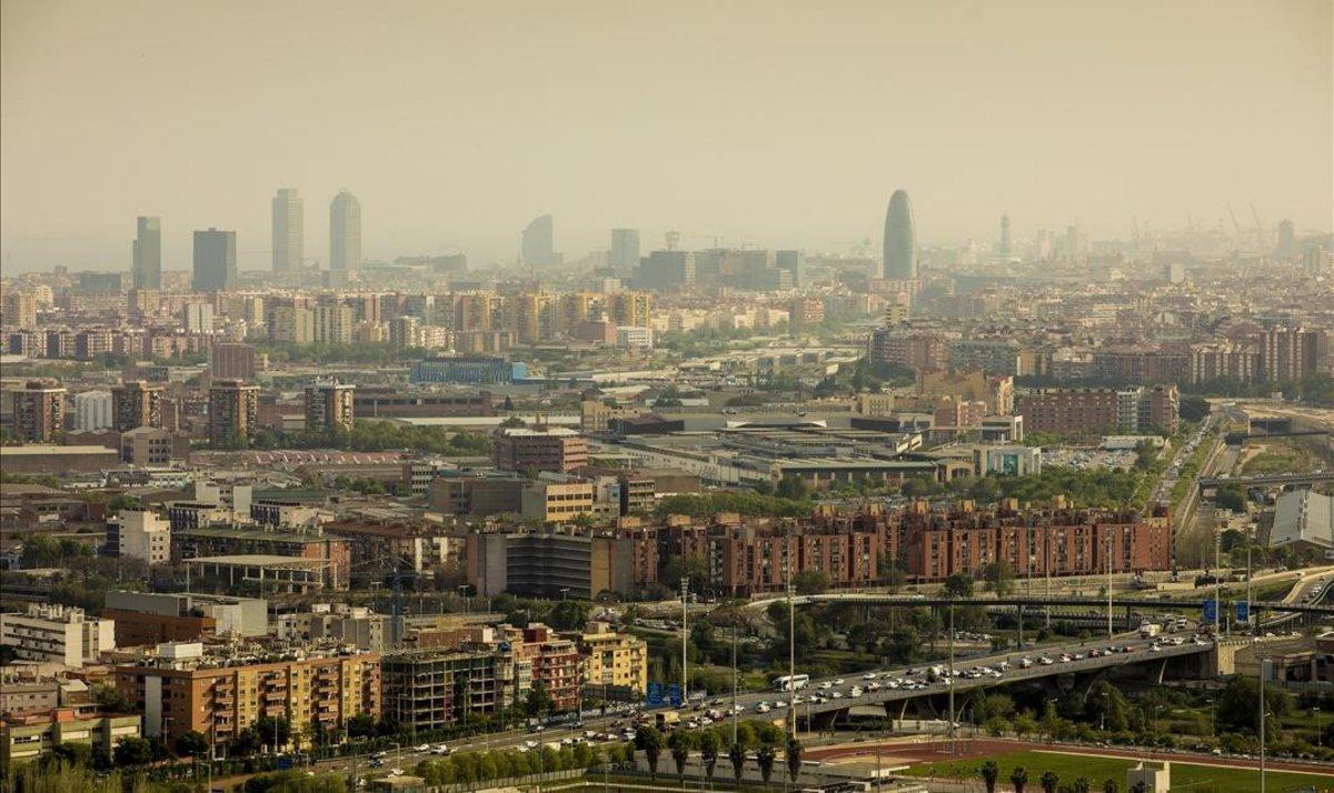 Contaminación sobre Barcelona en una vista desde el barrio de Singuerlín, en Santa Coloma.