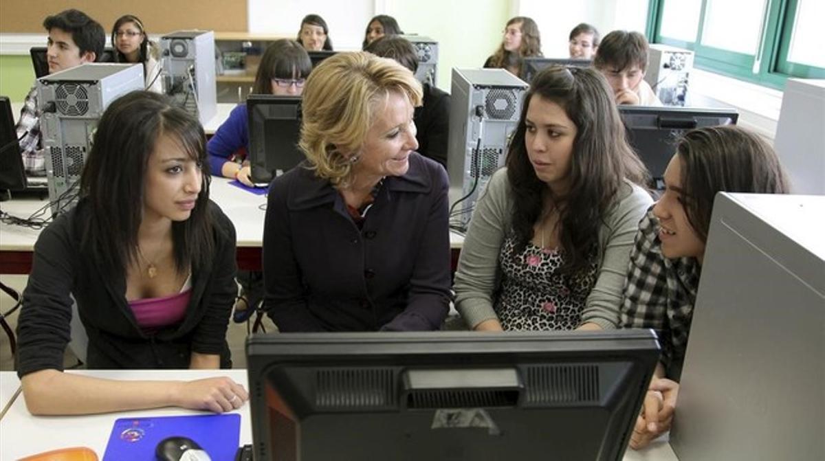 Esperanza Aguirre, entonces presidenta de Madrid, con varias estudiantesen la inauguracion de uninstituto, en el 2010.