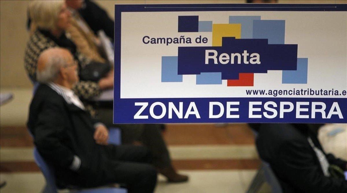 Imagen de lazona de espera de una oficina de la Agencia Tributaria durante una recientecampaña de declaracion de la renta.