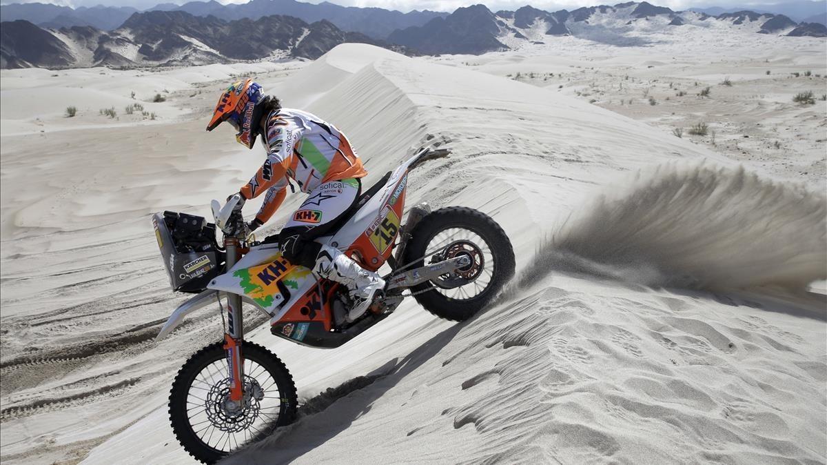 Laia Sanz con su motocicleta en el Dakar.
