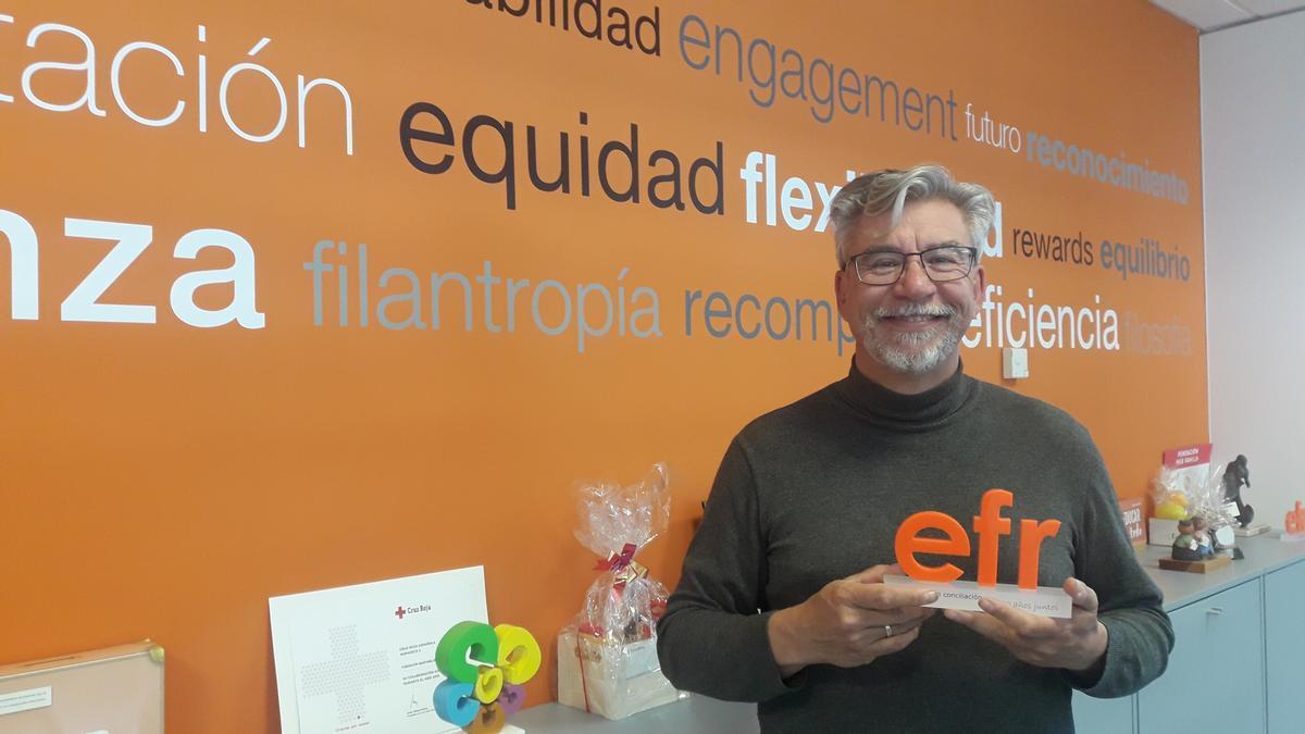 Roberto Martínez, director de la Fundación MásFamilia, junto al certificado EFR