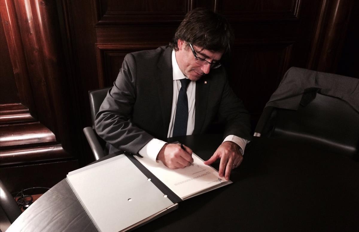 El 'president' Carles Puigdemont firma la ley de referéndum el 6 de septiembre del 2017.