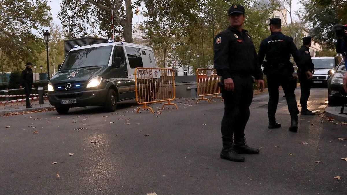 Salida de los furgones policiales que trasladaron a los 'exconsellers' a prisión.