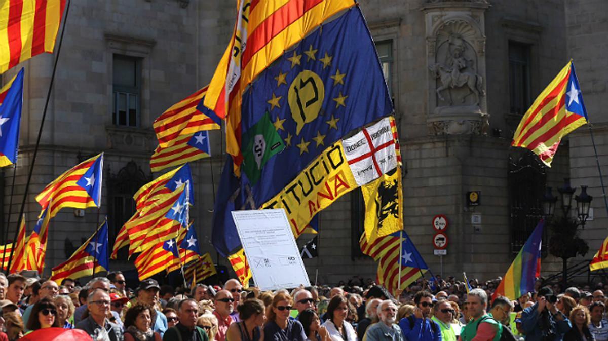 Concentración en la plaza de Sant Jaume en apoyo a los alcaldes investigados por el 1-O.