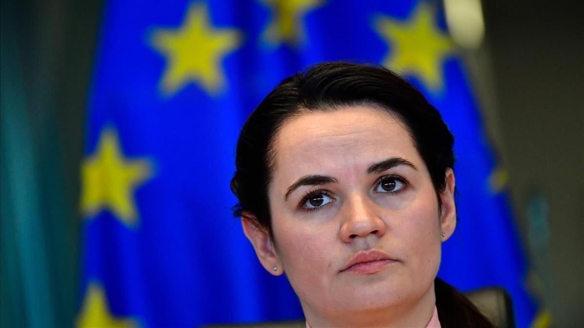 La líder opositora bielorrusa, Svetlana Tikhanóvskaya, se dirige a los miembros del Parlamento Europeo, este lunes en Bruselas.