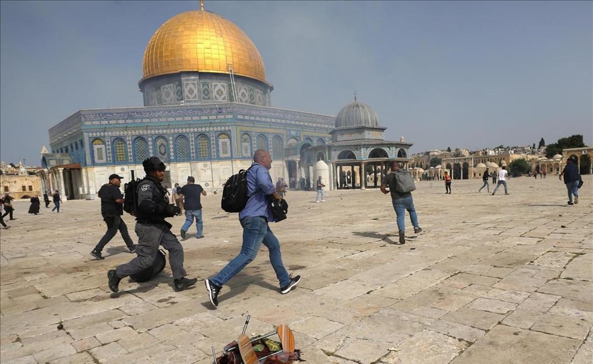 Enfrentamientos entre palestinos y policía israelí en la Explanada de las Mezquitas de Jerusalén.