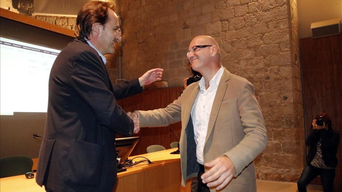Sergi Bonet (a la izquierda) saluda a Joaquim Salvi, su sucesor en el rectorado de la UdG, este jueves.