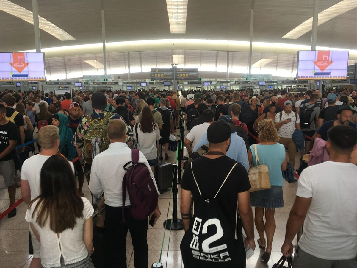 Colas en el Aeropuerto de El Prat, este domingo.