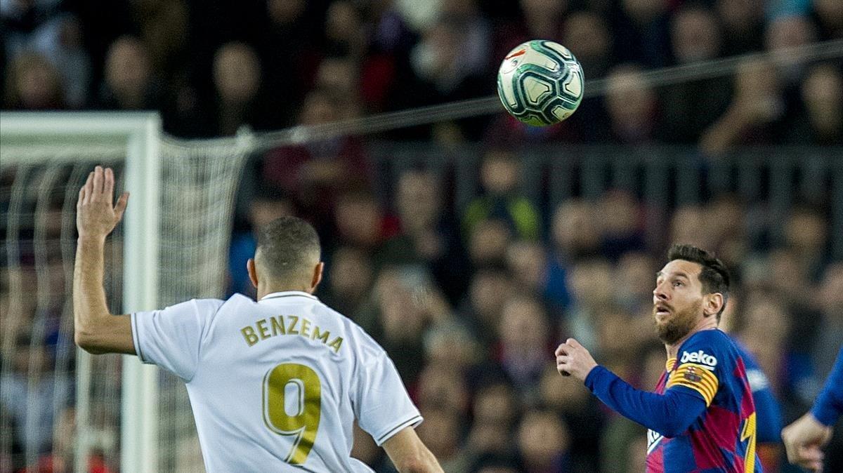 Benzema y Messi observan el balón en el clásico liguero del Camp Nou, que acabó en empate (0-0).