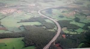 Vista aérea del tráfico en la AP-7, a la altura de Figueres, a las 8 horas deesta mañana.