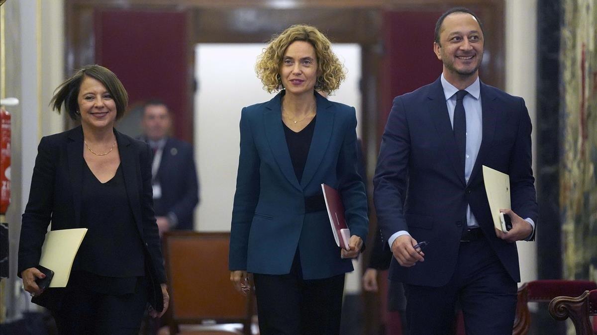 Meritxell Batet, dirigiéndose a la primera reunión de la nueva Mesa del Congreso de los Diputados.