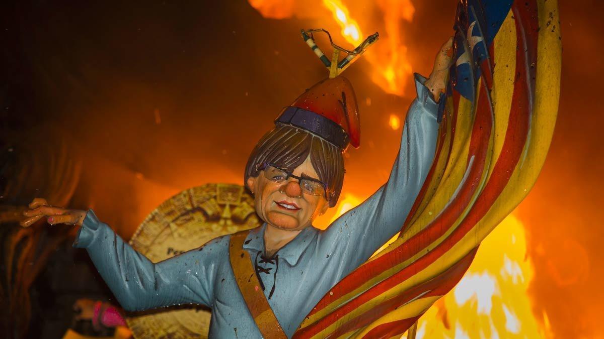 El 'ninot' de Carles Puigdemont arde en la Cremá de las Fallas, el 19 de marzo del 2018.