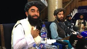 El portavoz de los talibanes, Zabihullah Mujahid, asiste a la primera conferencia de prensa en Kabul.