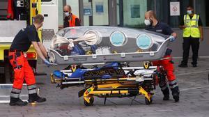 Personal de emergencia del Ejército alemán traslada al opositor rusoAlekséi Navalnial hospital Charite de Berlín, el pasado 22 de agosto.