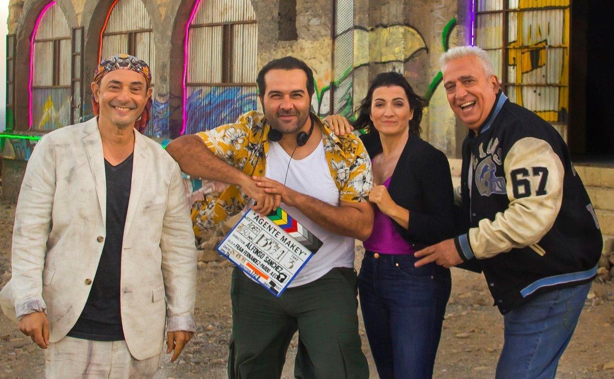 Alfonso Sánchez (con la claqueta) rodeado por sus actores.