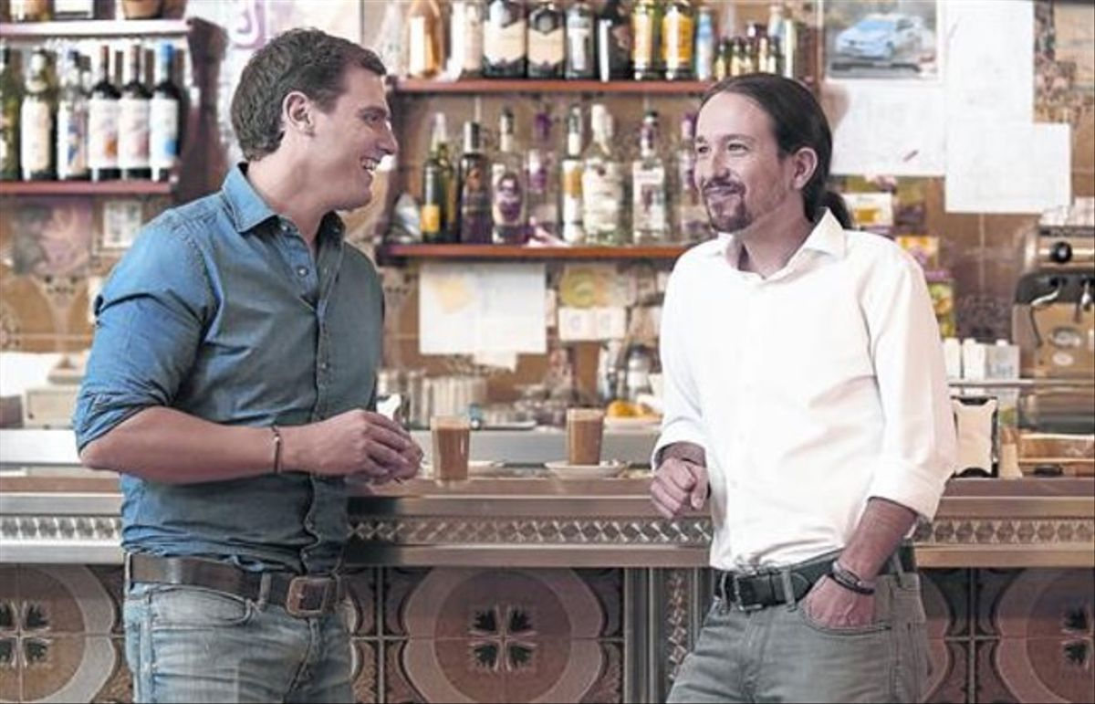 Albert Rivera y Pablo Iglesias conversan antes del debate.