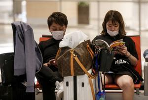 Dos viajeros, en el aeropuerto de Singapur.
