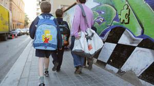 Unos niños entran en una escuela de Badalona.