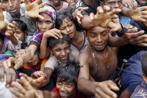 Desplazados rohinyas en un campo de refugiados de Bangladés.