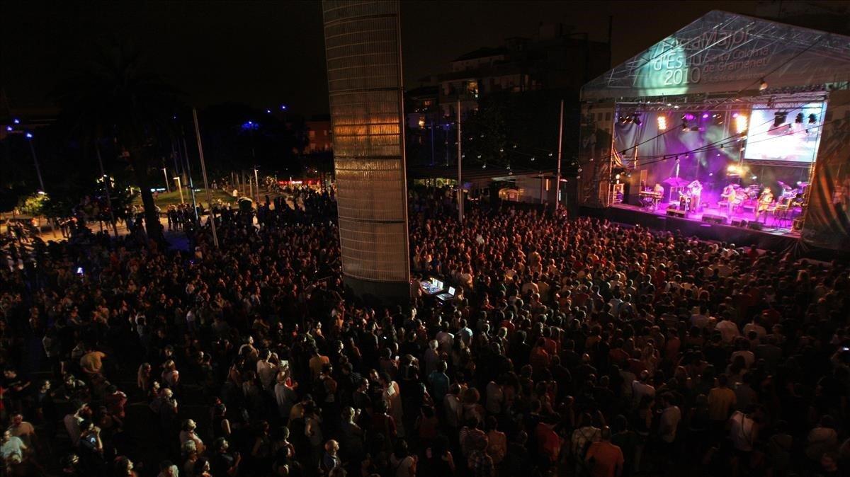Concierto de Els Amics de les Arts en la plaza de la Vila de Santa Coloma de Gramenet, con motivo de la fiesta mayor de verano.