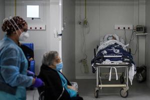 Pacientes de la sala para pacientes de covid-19 en el Hospital Santa Maria de Lisboa.