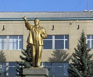 Escultura dorada dedicada a Lenin en la ciudad de Karakol.
