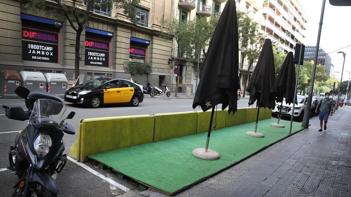 Terraza del Bar La loca en la Calle Aribau, esperando la hora de apertura