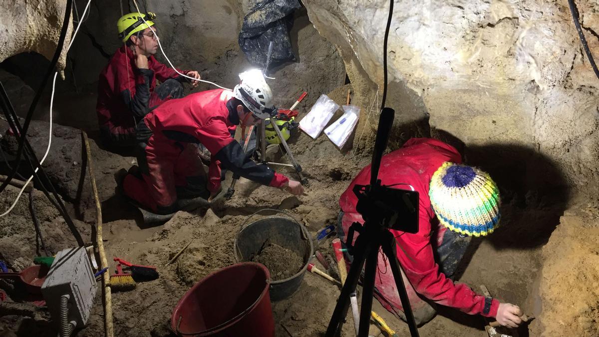 Excavación en la gruta italiana de Guattari, en Italia, donde se han hallado nueve homínidos neandertales.