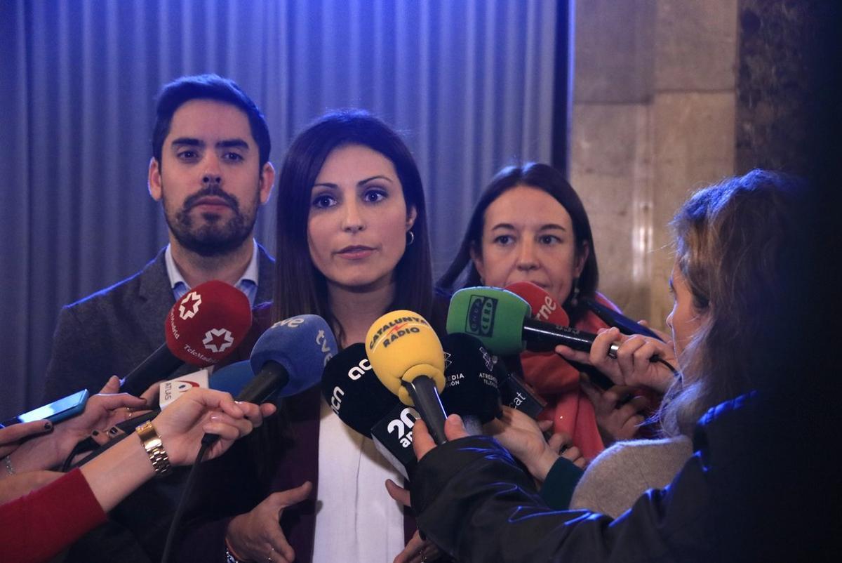 Lorena Roldán atiende a los medios de comunicación.