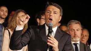 Renzi se dirige a sus seguidores tras ganar las primarias del Partido Democrático, en Roma, el 30 de abril.