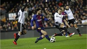 Messi controla un balón entre Gayá (izquierda) y Gabriel Paulista.
