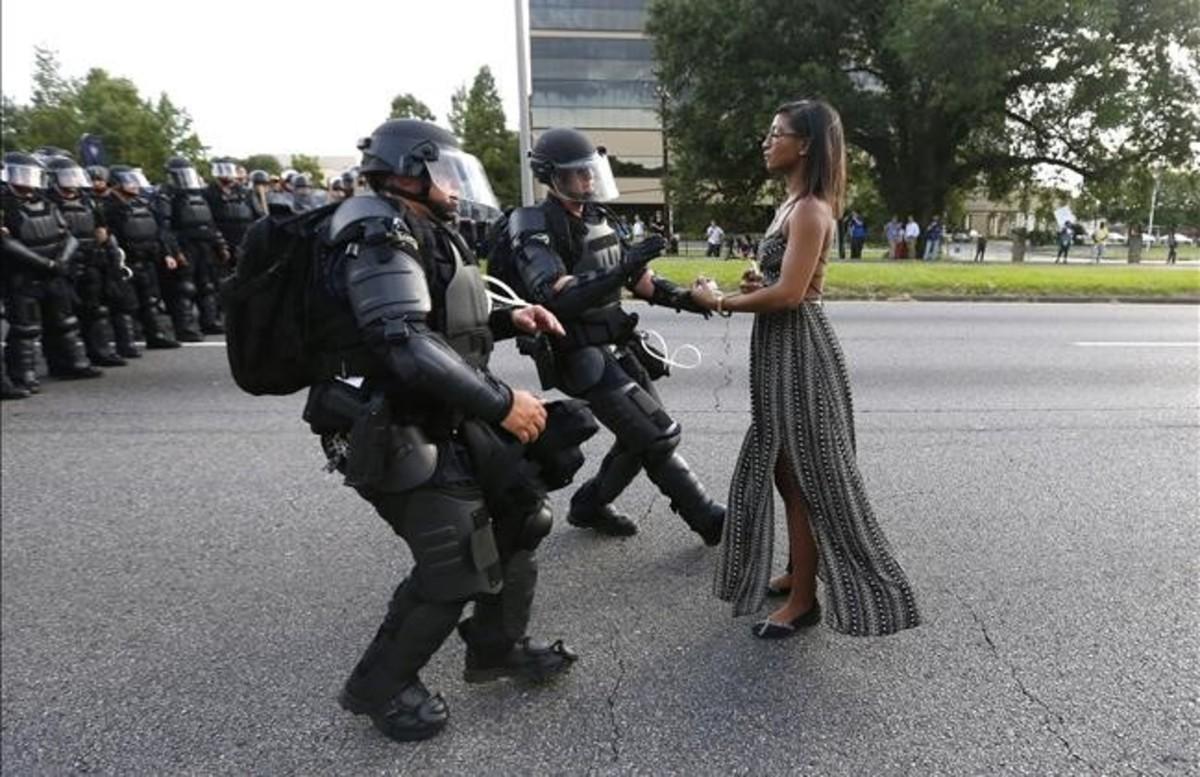 Una joven esperainmóvil a que la policía la detenga enBaton Rouge, Lousiana, en una imagen quese ha convertido en símbolo de las protestas.