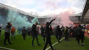 Seguidors del Manchester United envaeixen Old Trafford en protesta per la Superlliga