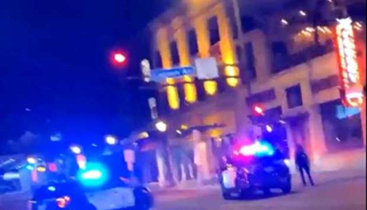 Imagen de un vídeo que muestra coches de policía en el lugar de los hechos, en Minneapolis.