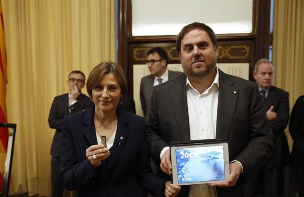 El vicepresidente del Govern, Oriol Junqueras, entrega el proyecto de ley de presupuestos a la presidenta del Parlament, Carme Forcadell.