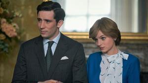 La actriz Emma Corrincomo la princesa Diana y Josh O'Connor como el príncipe Carlos,actuan durante una escena de la cuarta temporada de la serie 'The Crown',en una imagen facilitadapor Netflix.