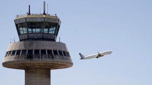 Un avión de Vueling despega desde la terminal 1 del aeropuerto del Prat el 28 de julio del año pasado.