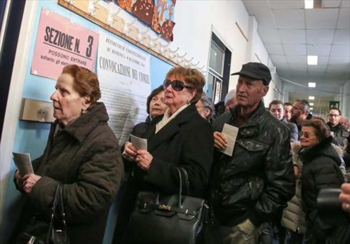Dos mujeres en la cola para ir a votar en el referéndum sobre la reforma de la Constitución italiana.