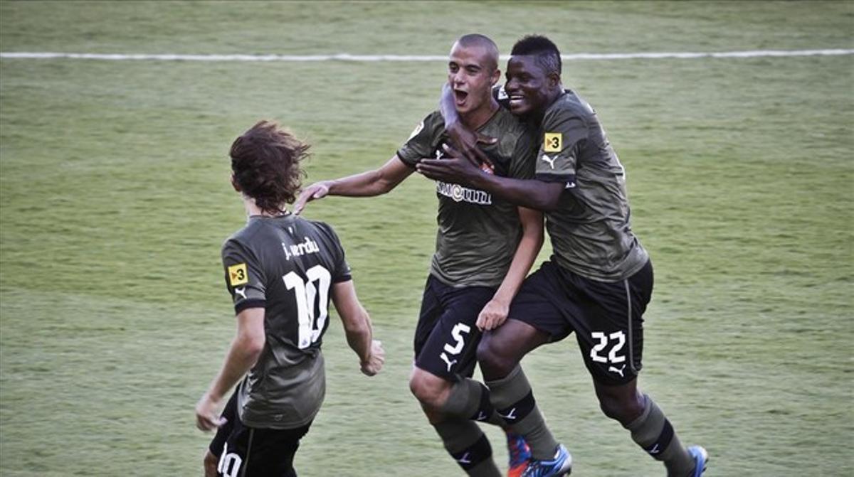 Tejera, Wakaso y Verdú celebran un gol en el campo del Levante.