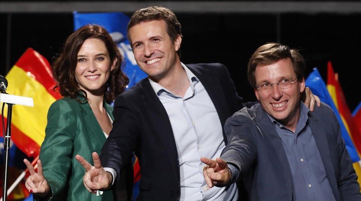 Pablo Casado entre la candidata a la Comunidad, Isabel Díaz Ayuso, y el 'alcaldable', José Luis Martínez Almeida.