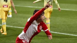 Pablo Moreno corre para celebrar el gol tras batir a Diego López con un zurdazo.