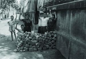 Barricada infantil detrás de la Universidad de Barcelona, en agosto de 1936.