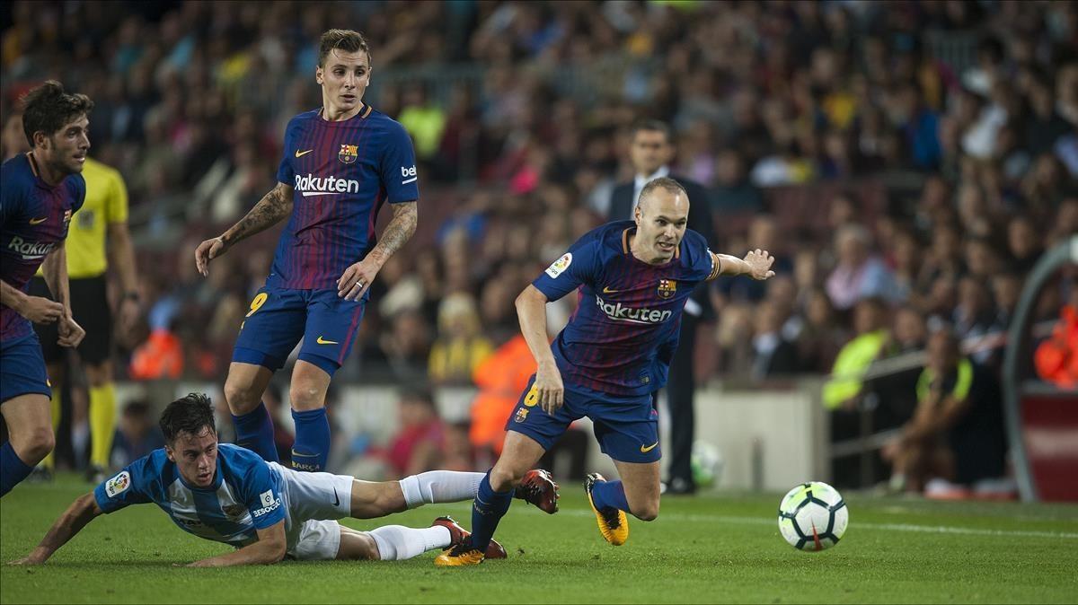 Iniesta recupera el balón ante Juanpi.