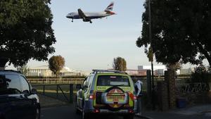 Policías patrullando cerca del aeropuerto de Heathrow, en Londres.